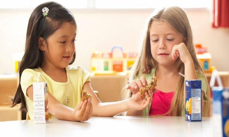 Cara Mengajarkan Anak Tentang Berbagi