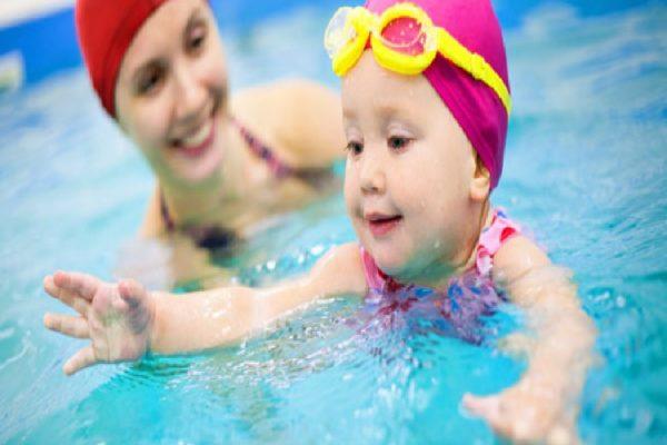 Cara Mengajarkan Anak Tentang Berenang