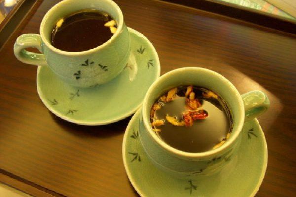 Negara Korea terkenal akan hasil tanaman gingsengnya yang melimpah sehingga Korea sering juga disebut Negri Gingseng. Selain gingseng di Negara Korea juga terdapat teh herbal yang menyehatkan. Teh yang dihasilkan di Korea berbeda dengan teh herbal dari negara lainnya karena mempunyai banyak keunggulan dan juga manfaatnya bagi kesehatan. untuk itu Anda perlu mengenal teh herbal sehat dari korea tersebut. Berikut ini beberapa jenis teh serbal yang menyehatkan yang berasal dari Korea. Sponsor: aplikasi hrd system Teh Buah Plum (Maeshil-cha) Buah Plum adalah jenis buah-buahan yang sering dikonsumsi oleh warga Korea serta banyak tumbuh di negara tersebut. selain dikonsumsi sebagai buah-buahan buah plum juga dapat dijadikan minuman yang menyehatkan yaitu dibuat menjadi teh. Buah plum yang akan dijadikan teh adalah buah yang masih muda dan masih berwarna hijau. Karena dibuat dari bauh yang belum masak maka teh buah plum akan berasa asam, manis, dan beraroma yang agak aneh. Walaupu demikian teh buah plum mempunyai banyak manfaat bagi kesehatan yaitu untuk mengatasi badan yang lemah yang disebabkan karena flu ataupun pilek. Teh Akar (Ssanghwa-cha) Teh akar adalah seduhan teh yang berasal dari akar-akar tanaman herbal yang menyehatkan badan. Akar tersebut terdiri dari berbagai jenis akar tanaman seperti batang kayu manis, rehmanniae radix, dan akar ginseng. Akar-akaran tersebut akan direbus dengan air putih dan diseduh ketika masih hangat. Kandungan nutrisi serta senyawa kimiawi yang terdapat pada akar tanaman tersebut sering dipergunakan sebagai ramuan obat oleh orang-orang zaman dahulu karena sangat bermanfaat bagi kesehatan badan. Seduhan teh akar ini akan berasa sangat pahit karena terdiri dari berbagai jenis akar tanaman, untuk itu sering ditambahkan madu sebagai pemanis teh akar ini. Teh Goji Berri (Gugija-cha) Jenis teh yang selanjutnya adalah teh goji beri. Teh ini mempunyai rasa yang sangat manis serta aromanya yang khas sehingga teh ini sangat diminati oleh sebagian