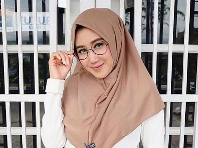 Tips Memakai Kacamata Saat Berhijab