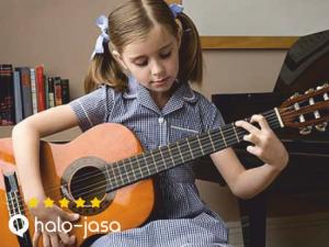 bagaimana cara mengajarkan anak bermain gitar